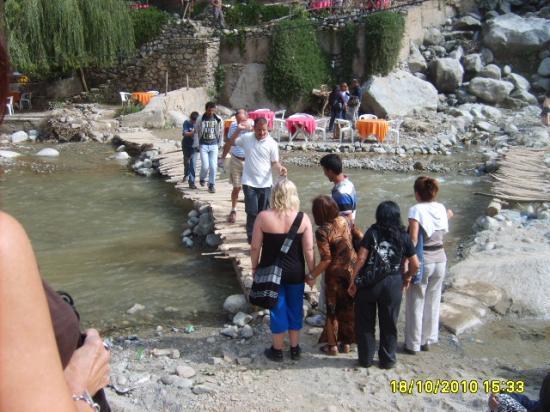 Traversée de la rivière à l'Ourika