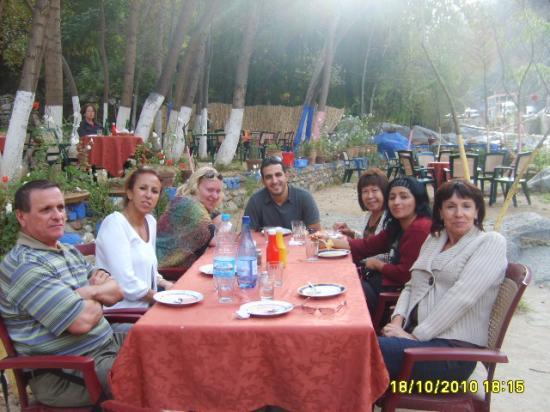 Fin d'un bon repas sur les bords de la rivière à l'Ourika